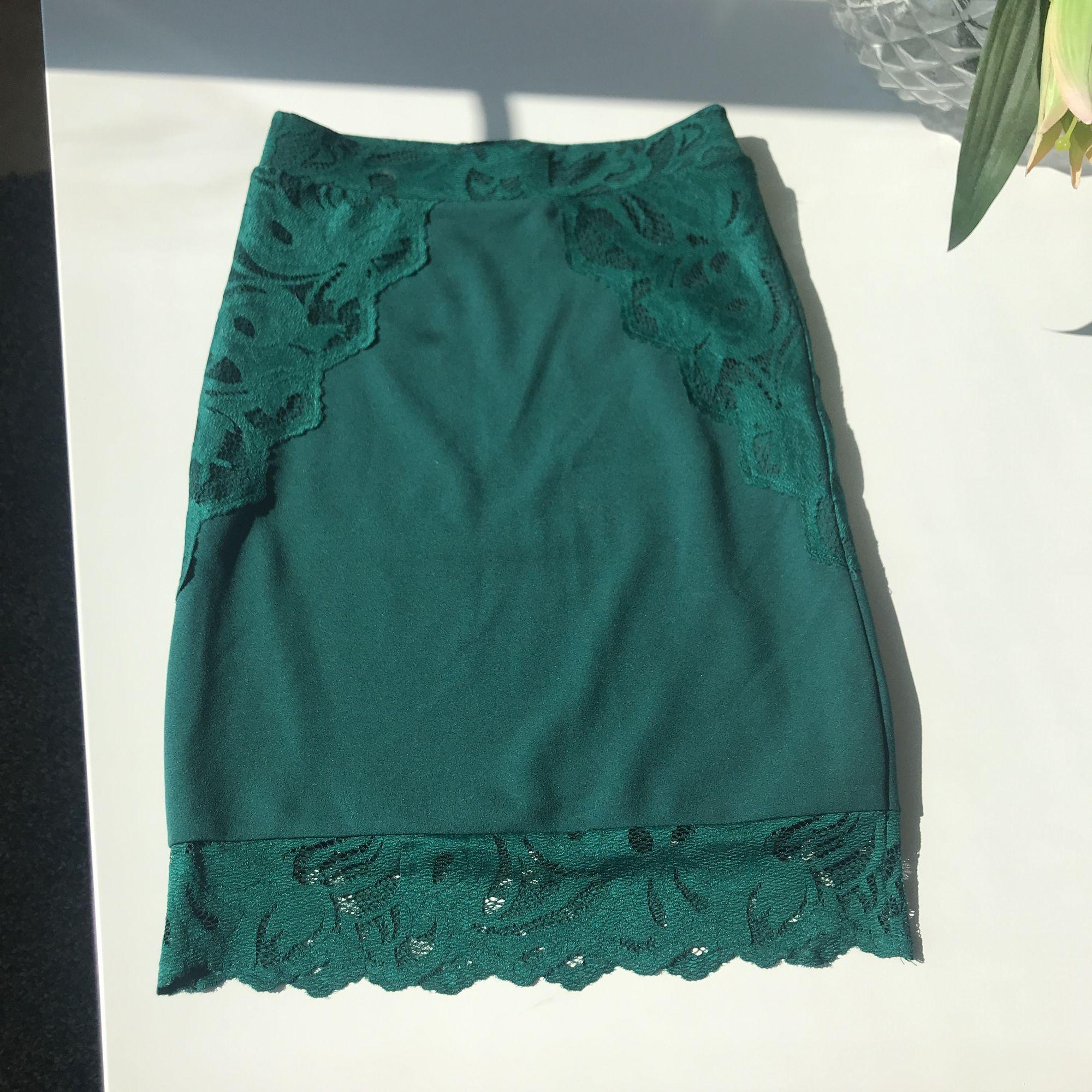 Smaragdgrön supersnygg pennkjol med spets detaljer. Oanvänd pga graviditet. Ljuset gör inte färgen rättvisa på bilden, den är kanon fin!! . Kjolar.