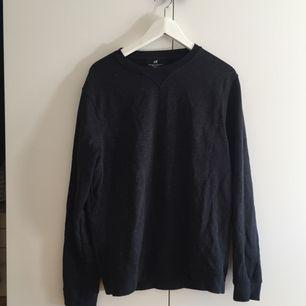 mörkblå långärmad tröja med vita prickar från h&m! köpt för nåt år sen, välanvänd men i bra skick fortfarande