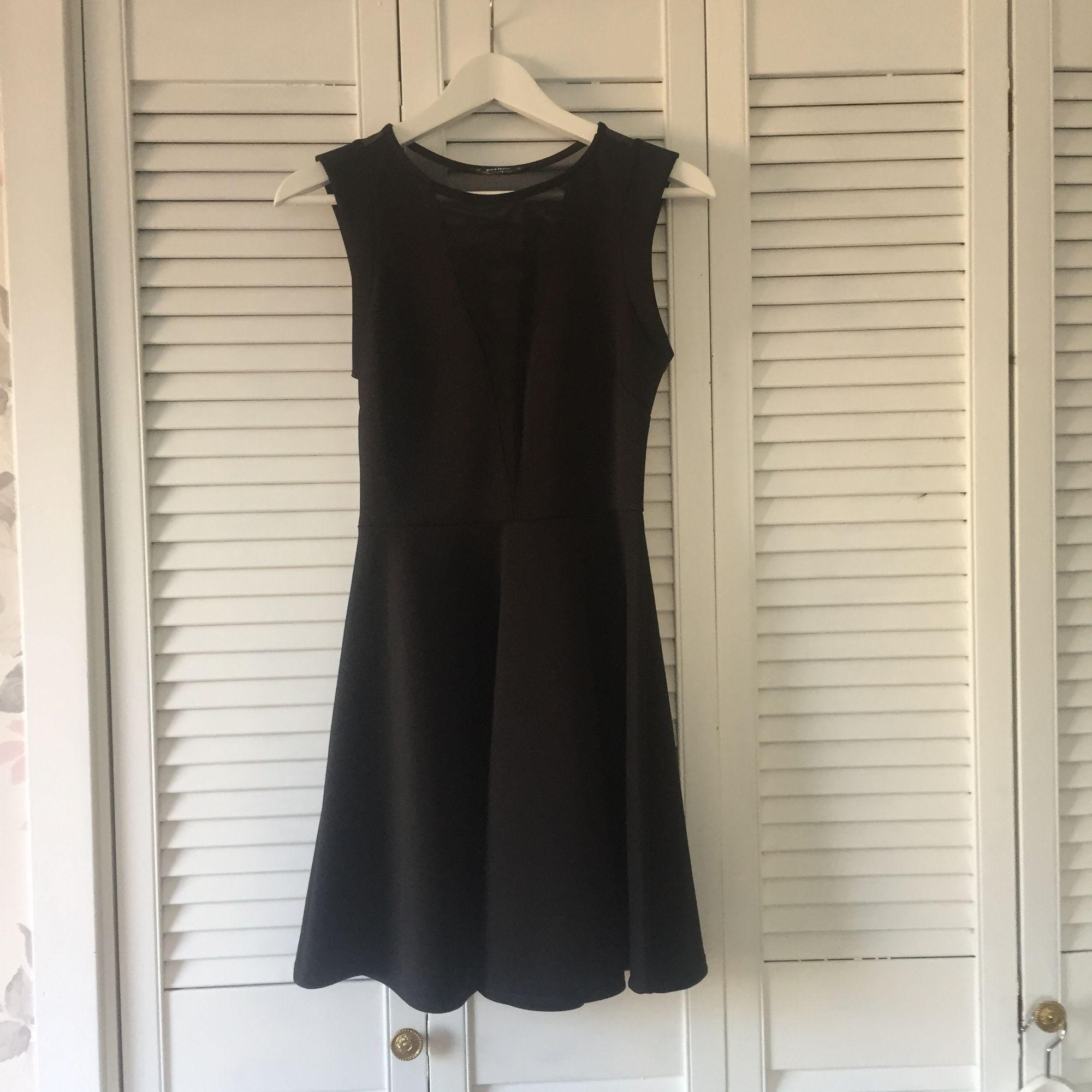 Svart klänning från Topshop petites. Själva klänningen är i 93% polyester och 7% elastan och de transparenta delarna (ryggen och urringningen) i 92% polyester och 8% elastan. Knappt använd så ser ut som ny! . Klänningar.