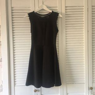 Svart klänning från Topshop petites. Själva klänningen är i 93% polyester och 7% elastan och de transparenta delarna (ryggen och urringningen) i 92% polyester och 8% elastan. Knappt använd så ser ut som ny!