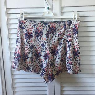 Shorts från Bershka. Dragkedja i sidan. 97% polyester, 3% elastan. Fint skick!
