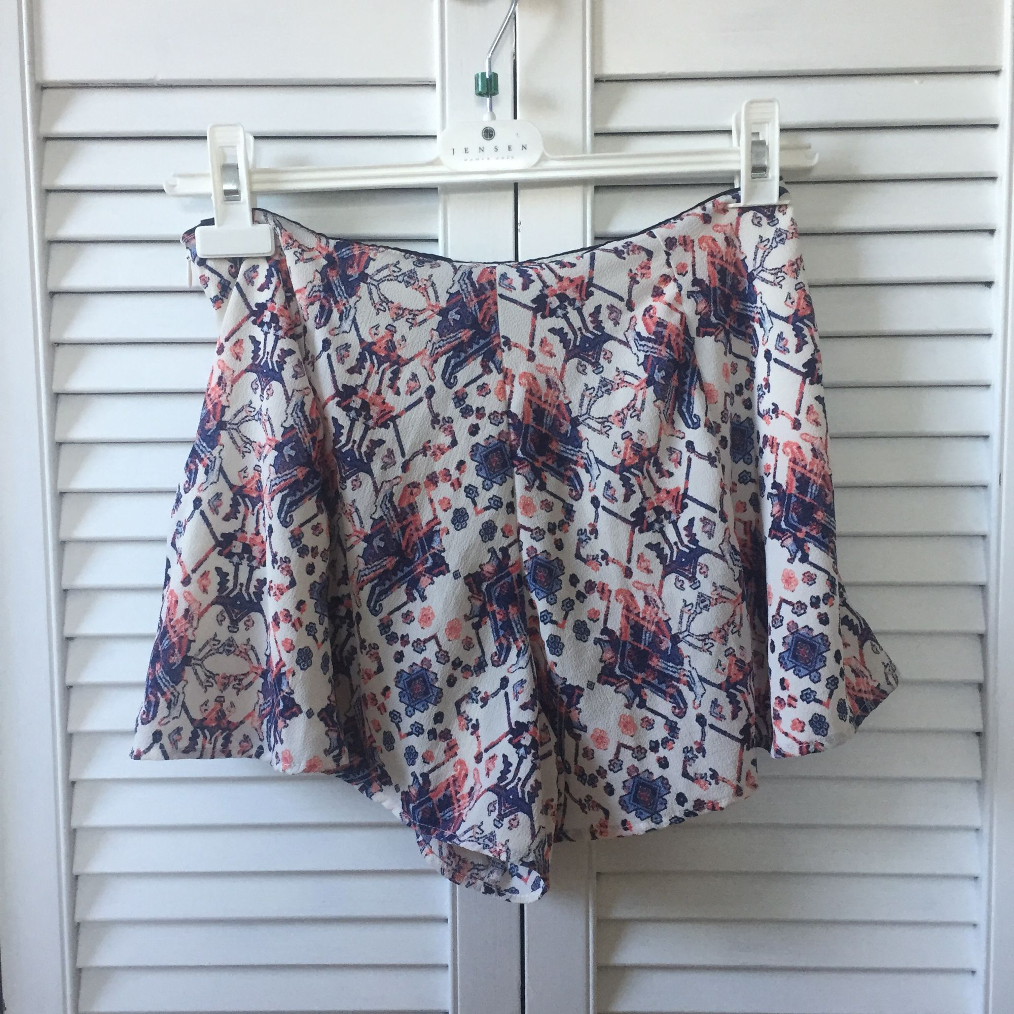 Shorts från Bershka. Dragkedja i sidan. 97% polyester, 3% elastan. Fint skick! . Shorts.