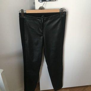 Skinnbyxor i läderimitation från H&M