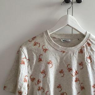jättefin ljusgrå t-shirt med fiskar!! mjukt tyg som sitter bra, gott skick. frakt 36kr!
