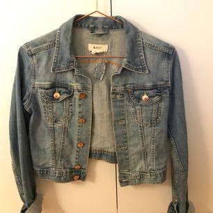 Kort jeansjacka inköpt från H&M, sparsamt använd. Lagat ett hål på ryggen (se bild 1) men syns knappt utåt (se bild 2). 🌸