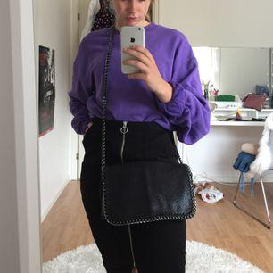 Säljer nu min snygga Stella Mccarty liknande väska! Svart, med mörk kedja och superfint skick! 🌾 kan fraktas, men det står köparen för. 💌