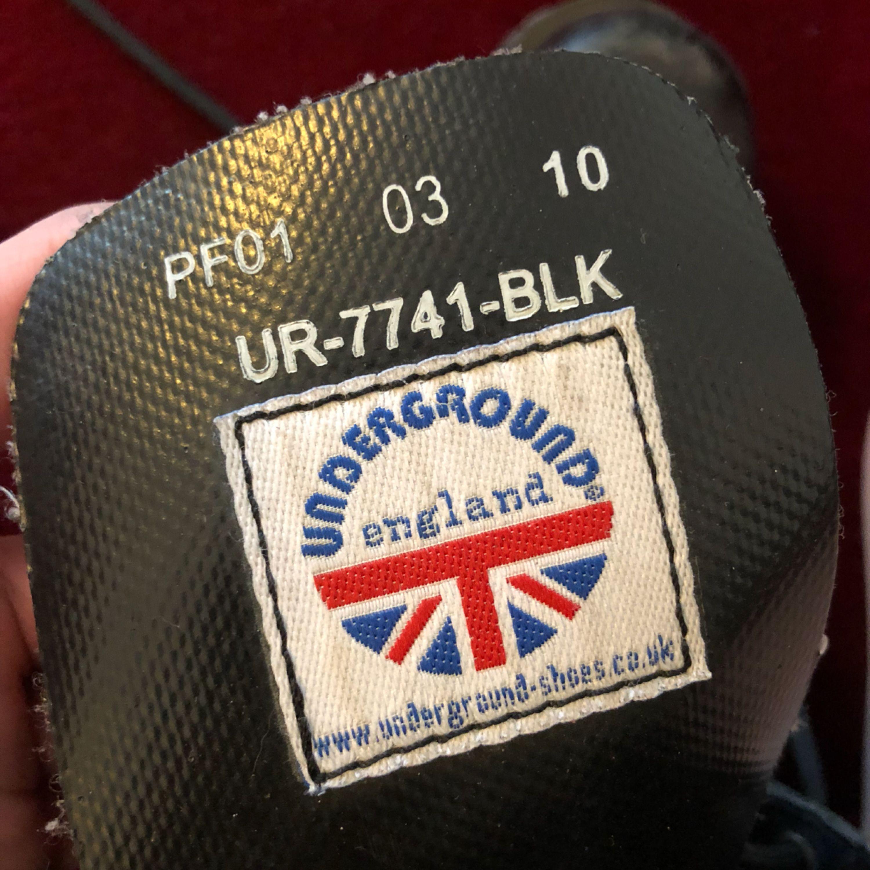 Äkta Undergroundkängor från UK. Använda men i fint skick och har mycket kvar att ge. Stl 39-40. Har stålhätta! . Skor.