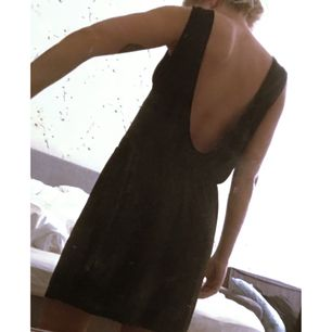 Klänning frän Zara. Knälång, avslappnad modell med resår i midjan och djup urringning i ryggen.