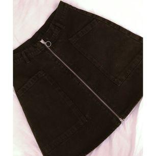 Svart/mörkgrå jeanskjol från Monki. Aldrig använd.