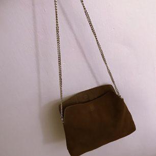 Väska i läder från Mango. Aldrig använd. Längd 30cm höjd 20cm