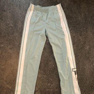 Adidas Originals Adibreak Pants stl 38 Färg turkos/babyblå Aldrig använda. Superbekväma, säljer pga inte min stil. Kan mötas i sthlm eller posta, köparen står för frakten