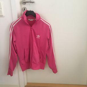 Adidas tröja, very pink and pretty! Står storlek 42 men skulle säga att den är M.