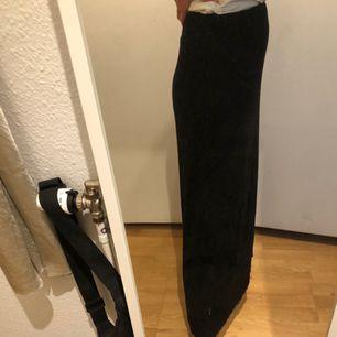 GARDEROBSRENSNING! Superfin och skön lång kjol i bomullstrikå med stretchig midja och dolt resårband. Använd ett fåtal gånger så i gott skick!