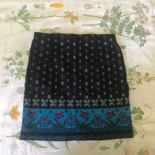 Tajt mönstrad kjol från Hollister, storlek S. Endast använd en gång. Pris + frakt, som köparen står för!