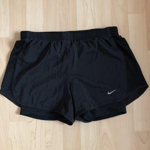 Helt nya oanvända Nike Running shorts med flex-tyg för bästa rörlighet. Sidopanelerna är perforerade och ger förbättrad ventilation. Blixtlåsficka baktill. Inköpta för 599kr. 🌿