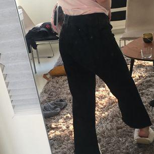 snygga svarta jeans från Zara! säljer då de inte har kommit till användning så mycket som önskat. äkta kap om man letar efter raka jeans :-))