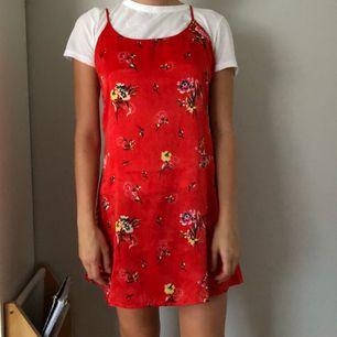 Superfin klänning från märket pins & needles som blandannat säljs på Urban Outfitters! Size M, men funkar till XS-S om man vill ha den lite lösare. Aldrig använd! (T-shirten på bilden tillhör ej klänningen!)