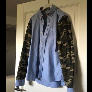 Skjorta i 100% bomull. Tvättas på 40 grader.  Swish-betalning. Kan mötas upp i Stockholm för leverans alternativt skicka, köparen betalar frakt.