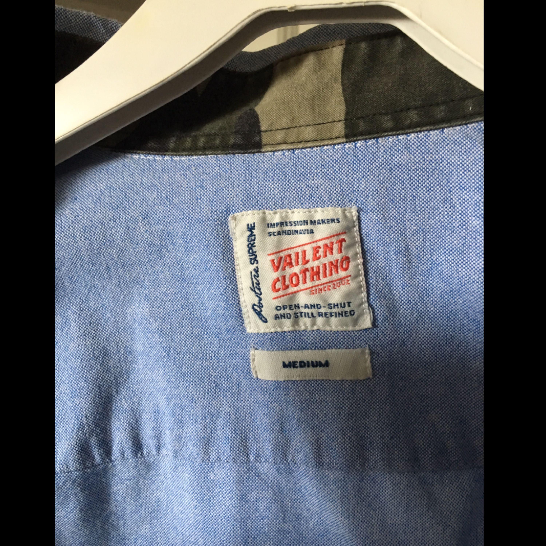 Skjorta i 100% bomull. Tvättas på 40 grader.  Swish-betalning. Kan mötas upp i Stockholm för leverans alternativt skicka, köparen betalar frakt. . Skjortor.
