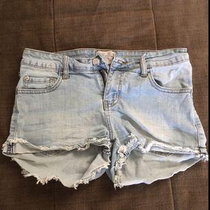 Jeansshorts använda ett fåtal tillfällen. Swish-betalning. Kan mötas upp i Stockholm för leverans alternativt skicka, köparen betalar frakt.
