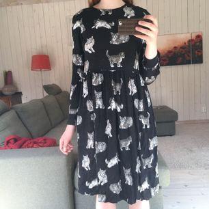 Hands down den gulligaste klänningen jag någonsin ägt. Med KATTER på!! Vilket koncept <3 En knapp saknas bak (det är som en ögla, kan skicka bild) men det är ett easy fix!!