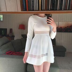 Sommarklänning? Balklänning? Studentklänning? I got you!! Superfin klänning i scuba-liknande material med mesh i midjan och längst ner. Två bleka fläckar (se bild) som säkert går att få bort. Använd 1 gång!!
