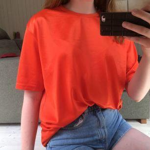 Ascool t-shirtklänning från Weekday!! Prima kvalité med tyg som glänser lite. Färgen lyser verkligen upp 🧡