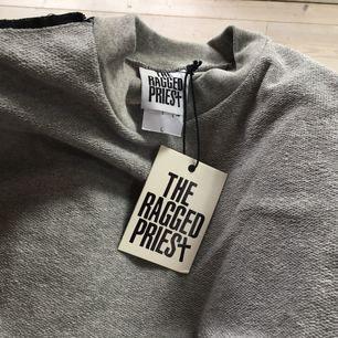 Elt oanvänd sweatshirtklänning från The Ragged Priest!! Ascool, ska se ut som att den är ut och in och lite trashad. Originalpris typ 600 kr!!