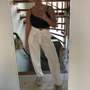 Supersköna och coola vita byxor! Har ca 72 cm i midjan och dessa sitter lite lösare på mig! Så passar nog även de som är lite större!