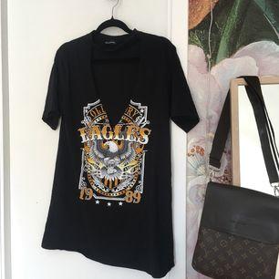 🌹oversized t-shirt dress🌹  Från Prettylittlething, använt fåtal gånger och fått många komplimanger! Säljer för att den inte kommer till användning lika ofta som jag velat. Köparen står för frakt