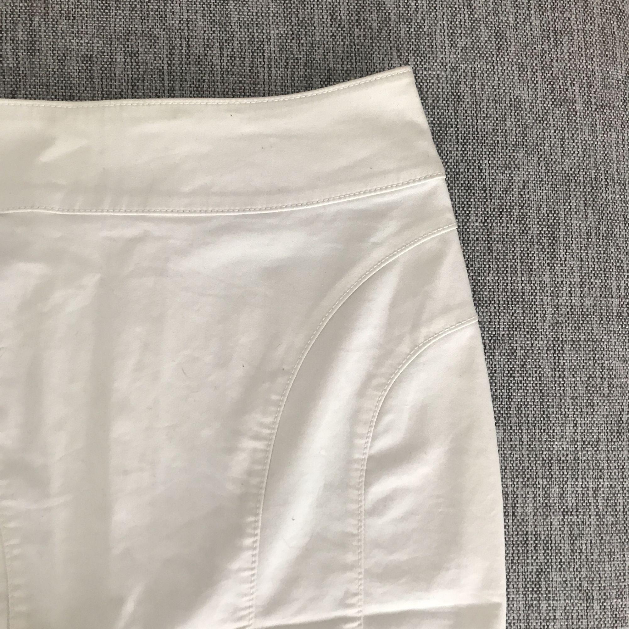 Ursnygg vit ( en aning glansigt tyg ) pennkjol, lite använd, fint skick. . Kjolar.