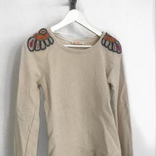 Snygg tjockare tröja från bershka! Den är beige med detaljer över axlarna. Står S i den men passar även mig som har XS för det mesta!