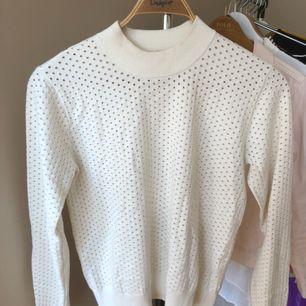Superskön tröja från Samsoe i viskos och polyester. Hög, rund och bred krage.