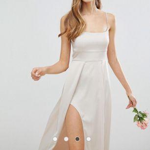 Långklänning från Asos i strl 40 (passar 38/40). Packade nyss upp den och insåg att detta inte var min stil, bättre att någon annan får användning av den. Nypris ca 500kr (45 euro) så säljer för 300kr eftersom den är helt nyuppackad och oanvänd.