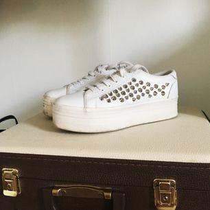 Riktiga Jeffrey Campbell Play skor med nitar på sidorna och platå. Sparsamt använda, har några fläckar men går nog enkelt att rengöra ✨