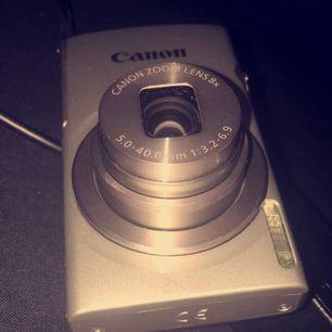 En Canon IXUS 175 kamera med tillbehör som laddare,minneskort(8GB) och skydd mot kameran! Vet att detta är en app där man säljer kläder men vill få kameran såld så försöker på alla möjliga appar! Original priset är 1000