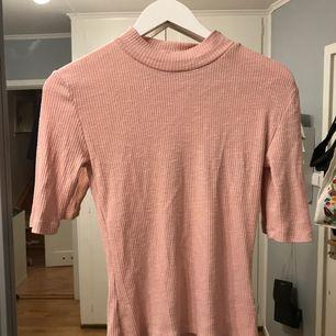 Rosa T-shirt från Crocker, ganska tajt. Frakt 15kr eller möts upp i Stockholm☺️