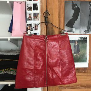 As cool röd kjol i fejk läder från STAY. Användes för lite för att behållas.  🌸köpare står för eventuell frakt🌸