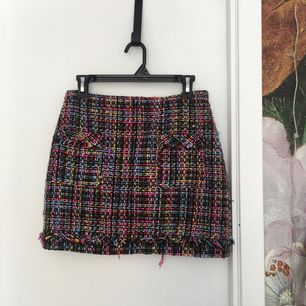🌹Stickad kjol från Zara🌹 Köpt för två år sedan, använt fåtal gånger. Jag köpte storlek S men det var alldeles för litet för rumpan, så klippte bort fodret baktill -> bekvämare än förut. Dock så ser det ju lite knas ut men inget som syns utanpå!