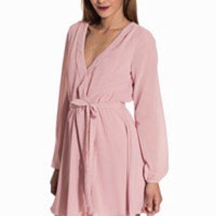Oanvänd klänning från  Nelly i strl 38. Lappar kvar. Har även en exakt likadan fast mörk marinblå tänkte båda för 200kr alt 120kr/st (+frakt) båda är strl 38 men endast den rosa har lappar kvar (dock är båda endast provade).  Har swish😊