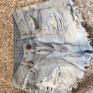 Galet snygga ljusa jeansshorts från American Eagle, inköpta i new york för 300 kr! Fint skick, kan fraktas för 50 kr!