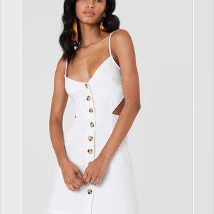 Säljer denna jätte fina klänningen då den tyvärr är för stor för mig. Den är köpt på Na-Kd.com och är även slutsåld! Köparen står för frakten! 🌸🌸
