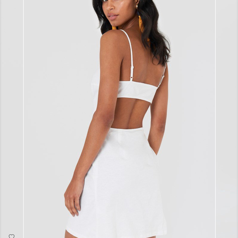 Säljer denna jätte fina klänningen då den tyvärr är för stor för mig. Den är köpt på Na-Kd.com och är även slutsåld! Köparen står för frakten! 🌸🌸. Klänningar.