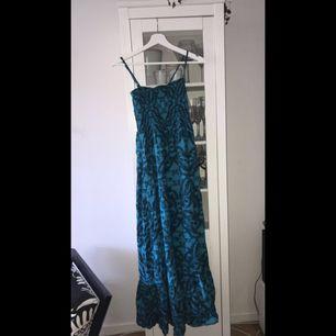 Lång blå klänning använder ej