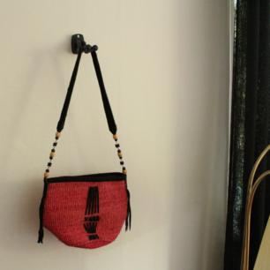 Frakt ingår i priset 💕 Superfin afrikansk väska. Färgen är helt fantastisk i verkligheten. Axelbanden är i mocka. Mått:  20x30 cm och axelband ca 90 cm.
