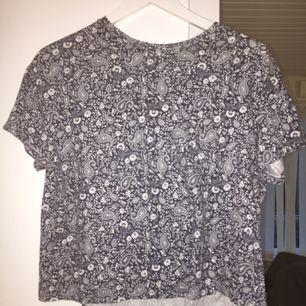 T-shirt, knappt använd. Bra skick  Frakt betalas av köpare 🌟