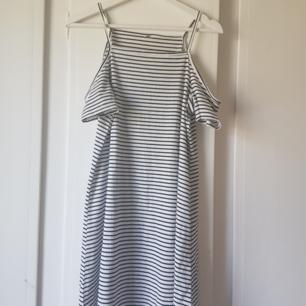 Söt klänning från H&M, med öppna axlar. Jätte bekväm och följer kroppen fint.