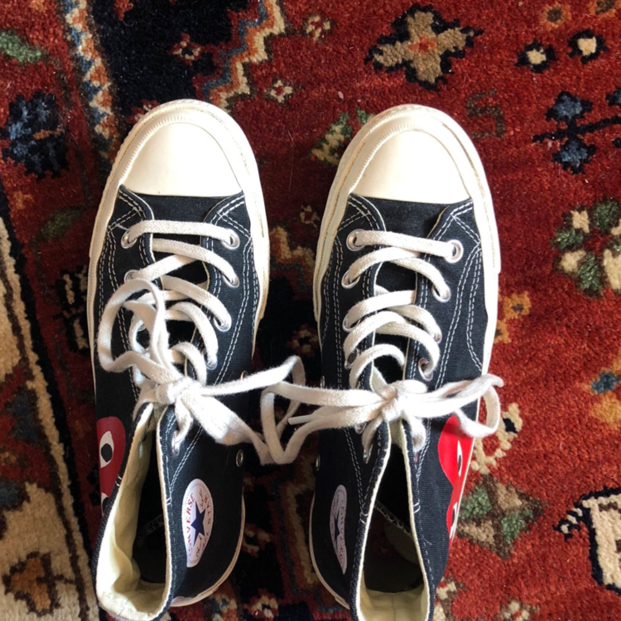 Säljer mina älskade cdg x converse pga de används för sällan! Storleken är stor, men smal. US 4. Tror att de passar 36.5 eller 37! Frakt tillkommer på 50kr, kan även mötas upp i Uppsala. Vid snabb affär kan jag bjuda på frakten. . Skor.