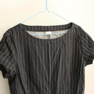 Mörkt gråblå och randig klänning från PTA i linne och bomull. Otroligt skön, tyvärr används den alldeles för lite. Liten slits baktill. Mått kommer! 🌼 Jag bjuder på frakten 🌼