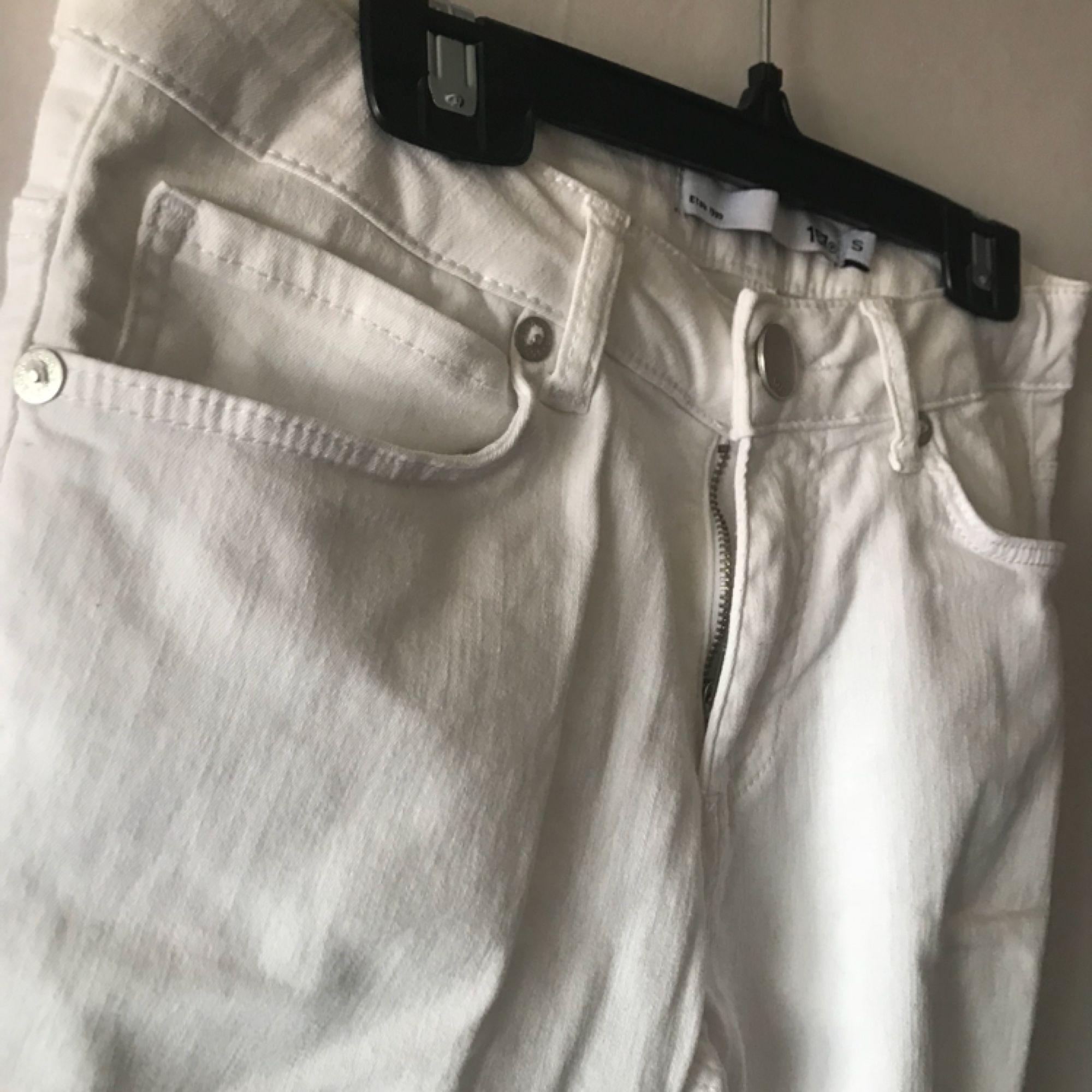 Snygga, vita skinnyjeans med bra passform, passar mig som är S men skulle även passa XS. Endast provade. Perfekt basplagg. Pris kan diskuteras, tar Swish!. Jeans & Byxor.